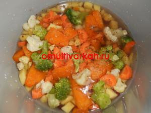 После того, как все овощи добавлены, залейте их водой до верхушки