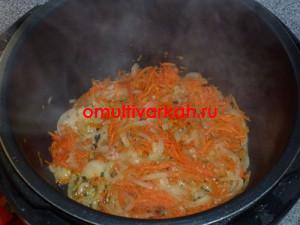 Выложить к луку потертую на крупной терке морковь