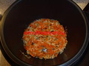 Затем в чашу мультиварки добавить морковь